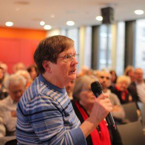 Engagierte Diskussion in der Aula der Liselotte-Rauner-Schule