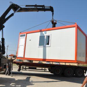Aufbau eines Wohncontainers vor Ort. Bild: Caritas